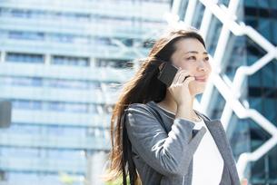 電話をしているスーツ姿の女性の写真素材 [FYI04315752]