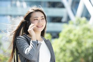 電話をしているスーツ姿の女性の写真素材 [FYI04315753]