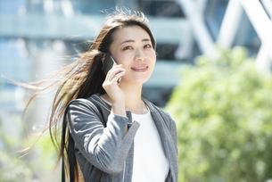 電話をしているスーツ姿の女性の写真素材 [FYI04315754]