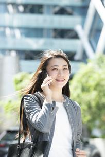 電話をしているスーツ姿の女性の写真素材 [FYI04315755]