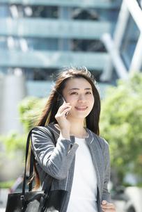 電話をしているスーツ姿の女性の写真素材 [FYI04315756]