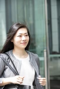 歩いているスーツ姿の女性の写真素材 [FYI04315767]