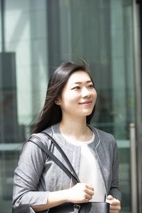 歩いているスーツ姿の女性の写真素材 [FYI04315768]