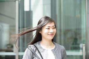 外を歩いているスーツ姿の女性の写真素材 [FYI04315769]