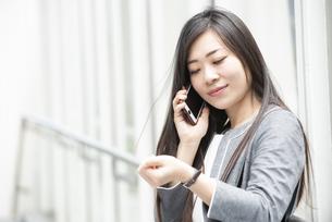 電話をしているスーツ姿の女性の写真素材 [FYI04315774]
