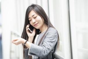 電話をしているスーツ姿の女性の写真素材 [FYI04315775]