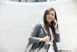 電話をしているスーツ姿の女性の写真素材 [FYI04315782]