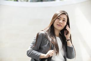 電話をしているスーツ姿の女性の写真素材 [FYI04315784]