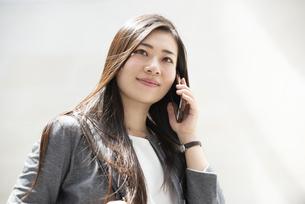 電話をしているスーツ姿の女性の写真素材 [FYI04315785]
