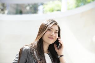 電話をしているスーツ姿の女性の写真素材 [FYI04315786]