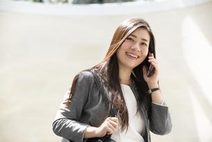 電話をしているスーツ姿の女性の写真素材 [FYI04315787]