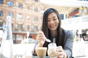 カフェにいるスーツ姿の女性の写真素材 [FYI04315793]