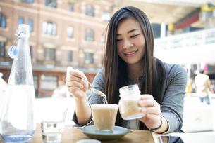 カフェにいるスーツ姿の女性の写真素材 [FYI04315794]