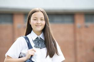 微笑んでいる制服姿の女子学生の写真素材 [FYI04315795]