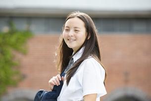笑っている制服姿の女子学生の写真素材 [FYI04315800]