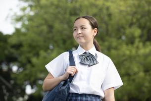 遠くを見ている制服姿の女子学生の写真素材 [FYI04315831]