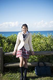 ビーチで笑っている制服姿の女子学生の写真素材 [FYI04315847]