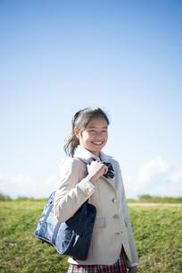 笑っている制服姿の女子学生の写真素材 [FYI04315852]