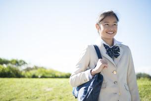 笑っている制服姿の女子学生の写真素材 [FYI04315854]