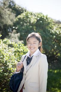 笑っている制服姿の女子学生の写真素材 [FYI04315856]