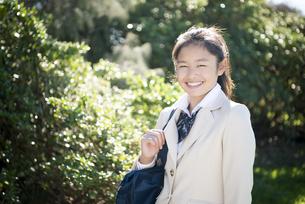 笑っている制服姿の女子学生の写真素材 [FYI04315857]