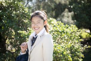 笑っている制服姿の女子学生の写真素材 [FYI04315858]