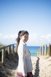 笑っている制服姿の女子学生の写真素材 [FYI04315860]