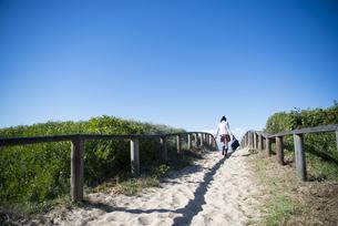 ビーチを歩いている制服姿の女子学生の写真素材 [FYI04315861]
