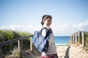 笑っている制服姿の女子学生の写真素材 [FYI04315863]