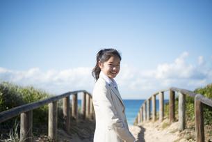 笑っている制服姿の女子学生の写真素材 [FYI04315864]