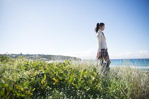 草むらに立っている制服姿の女子学生の写真素材 [FYI04315868]
