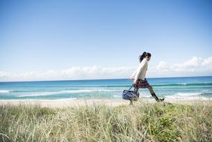 ビーチで歩いている制服姿の女子学生の写真素材 [FYI04315872]