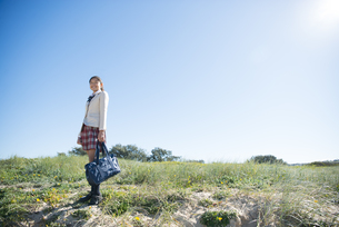 遠くを見ている制服姿の女子学生の写真素材 [FYI04315875]