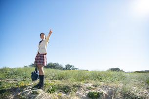 指をさしている制服姿の女子学生の写真素材 [FYI04315877]