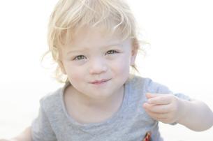 微笑んでいるの男の子の写真素材 [FYI04315892]