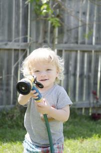 シャワーを持っている男の子の写真素材 [FYI04315902]