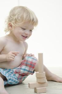 積み木で遊んでいる男の子の写真素材 [FYI04315907]