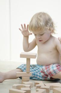 積み木で遊んでいる男の子の写真素材 [FYI04315908]