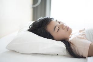 ベッドで眠っている女の子の写真素材 [FYI04315911]