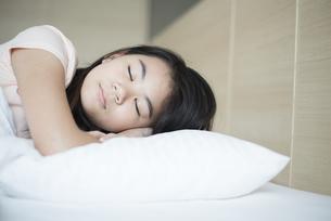 ベッドで眠っている女の子の写真素材 [FYI04315917]
