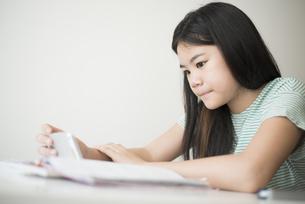 勉強をしている女の子の写真素材 [FYI04315929]