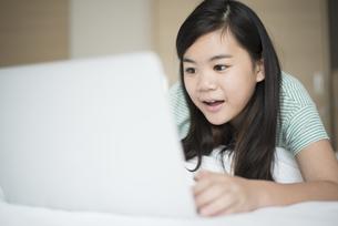パソコンを見て驚いている女の子の写真素材 [FYI04315940]