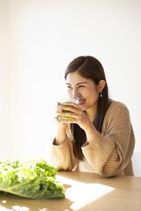 グリーンスムージーを飲んでいる女性の写真素材 [FYI04315953]