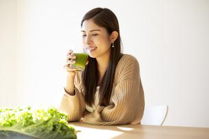 グリーンスムージーを飲んでいる女性の写真素材 [FYI04315954]