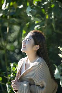 グリーンの中で笑っている女性の横顔の写真素材 [FYI04315982]