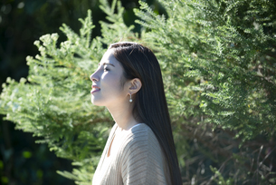 グリーンの中にいる女性の横顔の写真素材 [FYI04315983]