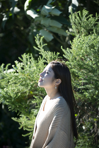 グリーンの中にいる女性の横顔の写真素材 [FYI04315987]