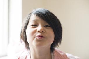 面白い顔をしている女の子の写真素材 [FYI04315991]