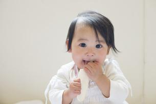 おせんべいを食べている赤ちゃんの写真素材 [FYI04315997]