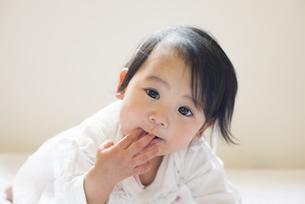 指を舐めている赤ちゃんの写真素材 [FYI04315999]
